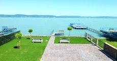 Vízparti igényes apartmanok kiadók Balatonlellén saját napozó stéggel