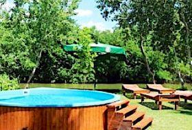 Egész évben bérelhető, medencés, vízparti vendégház