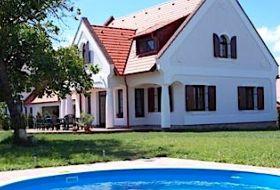 Balaton-felvidéki Hétkanyar Vendégház 5 szobával, 20 fős társalgóval