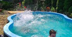 Közvetlen vízparti medencés, klímás nyaraló kiadó a Kőrőspartján