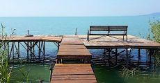 Közvetlen vízparti 9 fős nyaraló nagy stéggel kenuval Balatonkenesén