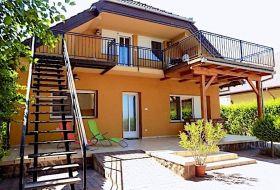 Balatonbogláron a vízparton saját lejáróval, igényes apartmanok kiadók