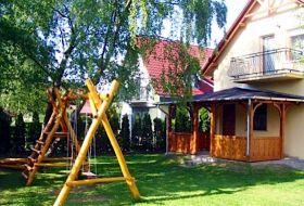 Balatonfenyvesi vízközeli 14 fős gyermekbarát ház játszótérrel stéggel