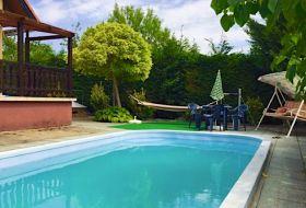 Önálló medencés, teljesen felszerelt nyaraló kiadó, csendes környéken