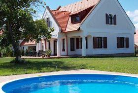 Balaton-felvidéken 17 fős kulcsosház kiadó Nagyvázsonyban