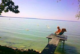 Balatonkenese Balatonakarattyán vízparti nyaraló stéggel
