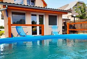 Körös-parton 2 stéggel, úszómedencével ház, csónakkal, kajakkal, kiadó